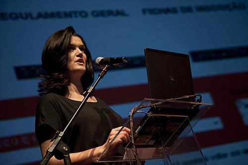 Stella Tedesco, da equipe do FILE, apresentando o Voto Popular